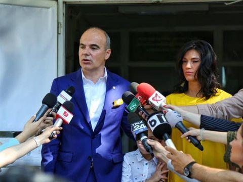 Soţia lui Rareş Bogdan e sexy şi în postura de gravidă! Florina a pozat în fustă mulată înainte de alegerile câştigate de partidul partenerului ei de viaţă! FOTO