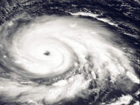Ultimă oră! Un ciclon amenință România! Ploi torențiale, grindină și descărcări electrice în toată țara