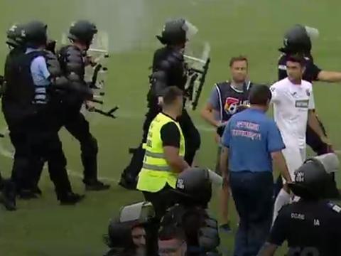 Scene halucinante pe stadion, după ce CSA Steaua a ratat promovarea! S-a lăsat cu bătaie și gaze lacrimogene