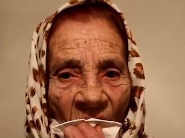"""Bătrâna care face miracole cu limba! A lins peste 5000 de ochi! Cât """"taxează"""" pentru o asemenea grozăvie"""