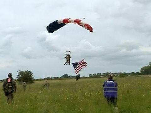 Uluitor! La 97 de ani, veteranul Tom Rice a reeditat saltul cu parașuta din 6 iunie 1944 VIDEO
