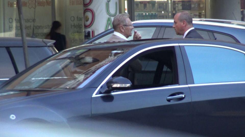 Imagini fabuloase cu fostul președinte al României înconjurat de o liotă de SPP-iști! Toată lumea îl dădea dispărut pe Emil Constantinescu, dar noi l-am surprins la… cumpărături