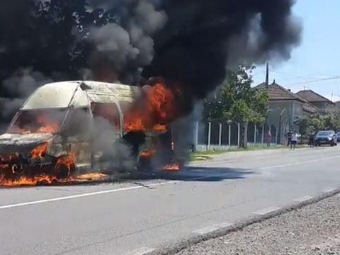 Un microbuz, cuprins de flăcări pe un drum din Bihor! A ars ca o torță! VIDEO