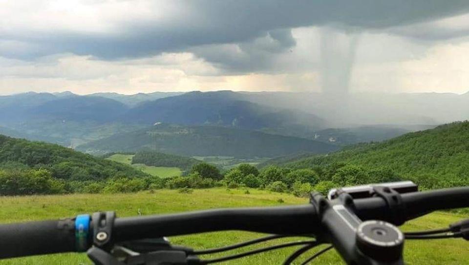 Tornadă în România! Imagini uluitoare! Oamenii, avertizați printr-un mesaj Ro Alert