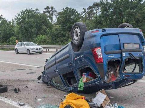Accident spectaculos! Un Logan MCV s-a răsturnat, după ce şoferul a fost urmărit de 20 de maşini de poliţie