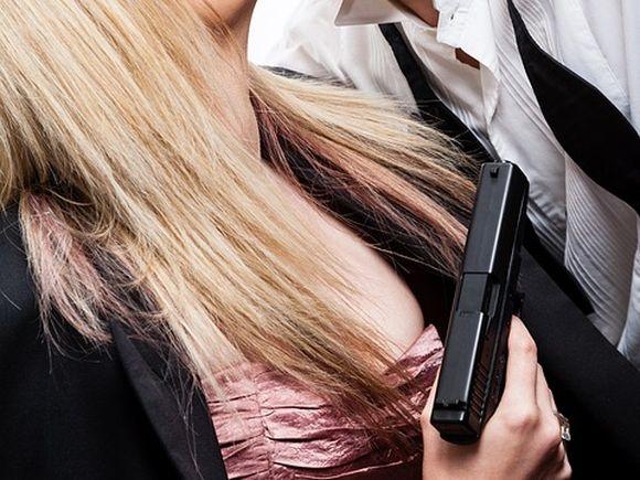Îşi dorea mai multă pasiune în relație, așa că a pus în practică un joc erotic extrem. Într-o zi, tânăra a venit cu un pistol. E cutremurător ce a urmat. Anchetatorii s-au crucit