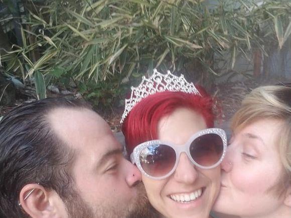 """După 11 ani de relație, și-a părăsit soțul pentru a fi împreună cu alți doi bărbați și o femeie: """"Nu ne pasă ce ne spune lumea. Ne iubim mult!"""""""