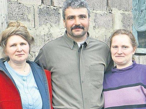 """Ce spune fiica cea mare a românului care trăiește cu două surori: """"Mama se jertfește..."""""""