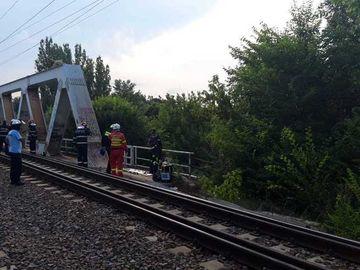 VIDEO | Doi adolescenți s-au electrocutat după ce s-au urcat pe arcada metalică a podului CFR Herăstrău