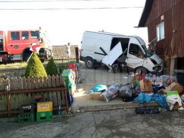 Accident uluitor. Un bărbat a murit după ce a intrat cu microbuzul în peretele unei case