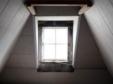 """A auzit zgomote din pod și s-a dus să vadă ce e! A înlemnit când și-a dat seama ce e deasupra dormitorului fiicei sale: """"Cobora prin dulap..."""""""