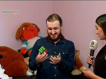 Ţi-l mai aduci aminte pe Cristian Leana, puştiul care rezolva în timp record un cub Rubik? Tânărul face acum portrete din cuburi colorate