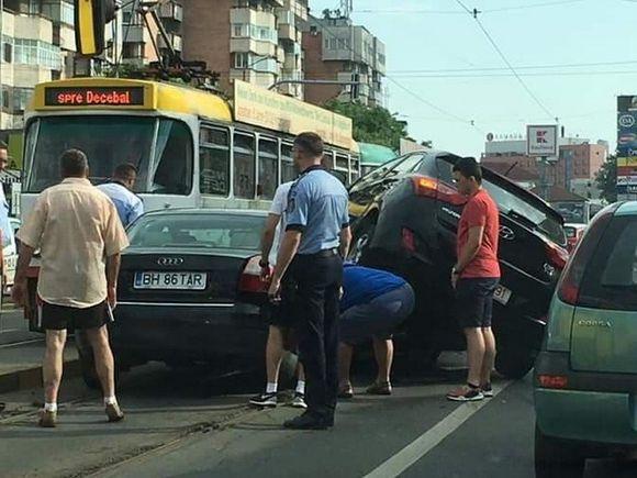 Accident incredibil în Oradea! Un Hyundai s-a urcat pe un Audi