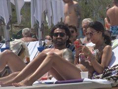 Incredibil, ce ascundea soţia lui Pepe sub haine! Raluca este o adevărată bombă sexy în costum de baie! Paparazzii au încremenit când au văzut-o la plajă!  VIDEO EXCLUSIV!
