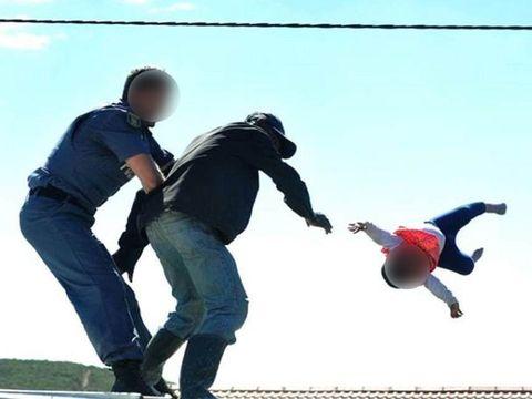 Imagini șocante! Un tată a fost filmat în timp ce își aruncă bebelușul de pe acoperiș!