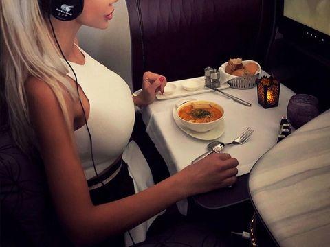 Cum își ia Bianca Drăgușanu cina în avion! A încărcat imediat imaginea pe internet. Uite cât de concentrată e vedeta