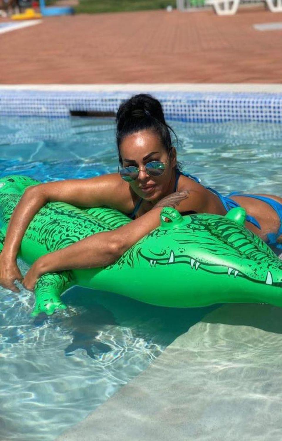 Dana Criminala, imagini incendiare la piscină! Soția lui Leo de la Strehaia e supersexy FOTO