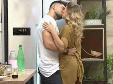 S-a format un nou cuplu în casa Puterea Dragostei! Mocanu s-a sărutat pătimaș cu Ana