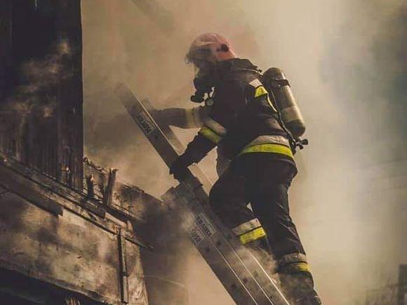 Incendiu puternic într-un bloc de locuințe! O persoană a murit
