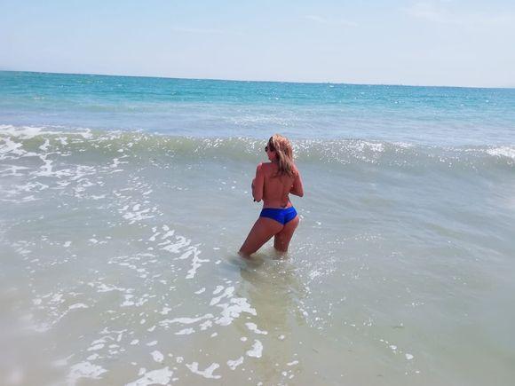 Imagini fabuloase de pe litoral! Rocsana Marcu s-a dezbrăcat și a pățit-o grav, la plajă!
