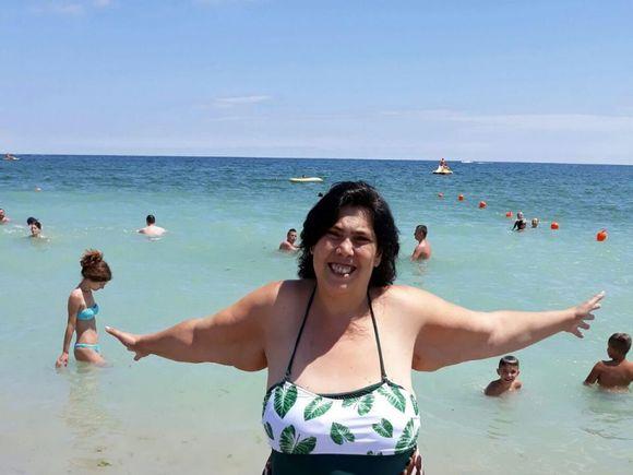 Primele poze cu Ioana Tufaru la plajă după ce a slăbit 70 de kilograme! Uite-o cum se bronzează alături de familie! Îţi imaginai că arată AŞA? FOTO EXCLUSIV!