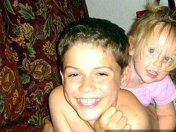 Băiețelul vesel din imagine și-a ucis cu sălbăticie sora! La doar 13 ani, el a înjunghiat-o de 17 ori pe fetița de 4 ani
