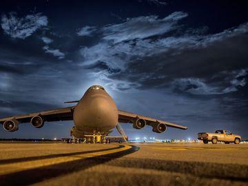Șocant! O femeie a adormit în avion! Când a deschis ochii a crezut că visează! Era întuneric beznă și toată lumea plecase