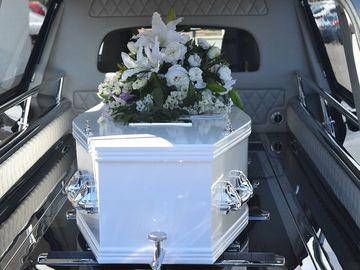 Un șofer de la pompe funebre a lăsat un bebeluș mort pe mașină și a plecat! Cadavrul pierdut  a fost găsit în următoarea zi