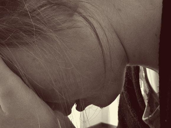 O elevă din Iași de doar 16 ani a fost violată de iubitul de pe Facebook și de amicul lui!