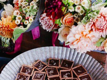 Urmeaza aniversarea nuntii? Comanda buchete de flori online si scapi de griji!