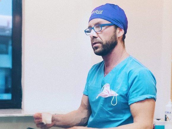 """Matteo Politi, medicul impostor, a recunoscut: """"Eu nu am urmat cursuri în chirurgie plastică"""". Cum se apără italianul și ce studii spune că are"""