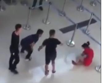O tânără a fost bătută din cauza unui selfie! Martorii au rămas făra glas