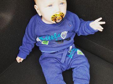 Un bebeluș de doar 2 ani a căzut de la geam la doar câteva secunde după ce mama lui l-a lăsat singur! A suferit răni grave și a murit la spital