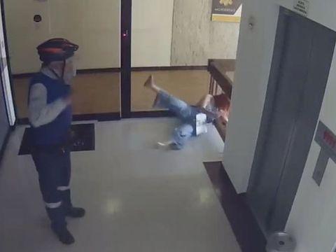 Un băiețel a fost la un pas să cadă de la etajul al patrulea, în timp ce mama lui se uita în telefon. A fost salvat în ultima clipă! VIDEO