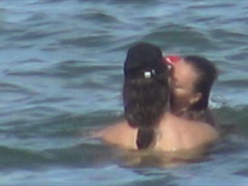 Alexandra Stan, imagini interzise minorilor cu doi masculi, în mare! Artista i-a încins bine, iar aceștia au prins-o la mijloc și i-au deranjat slipul | VIDEO EXCLUSIV