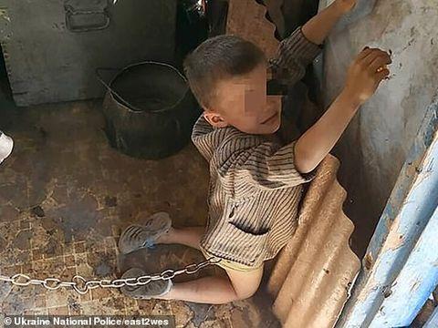 Șocant! Un băiețel în vârstă de 6 ani, găsit legat în lanț de tatăl lui! Ce le-a zis polițiștilor când l-au găsit, ți se rupe sufletul