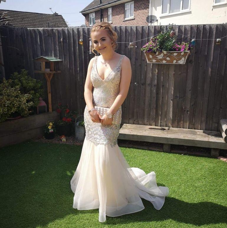 O adolescentă de 16 ani, umilită în public la bal! O colegă i-a turnat suc în cap și pe rochie. Ce a urmat, însă, este impresionant