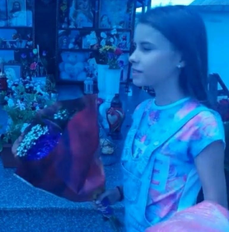 """Urmaşa Denisei Manelista a fost la locul de veci al cântăreţei! """"Cat Sonnya"""" a depus un buchet cu flori la mormântul Denisei! FOTO"""
