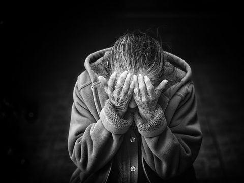 Un bărbat a petrecut ieșirea din închisoare prin violarea propriei mame!