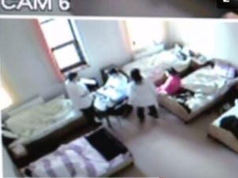 Patru infirmiere din Iași, filmate în timp ce băteau o pacientă cu probleme psihice!