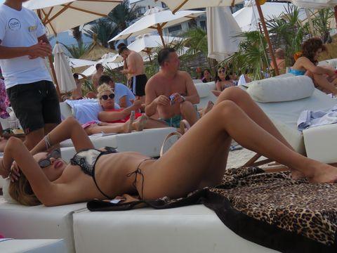 Cine e tânăra sexy care a încins plaja din Mamaia! Tatăl ei este foarte cunoscut