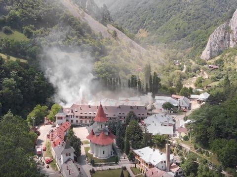 Incendiu puternic la Mănăstirea Râmeț! Zeci de pompieri au fost mobilizați