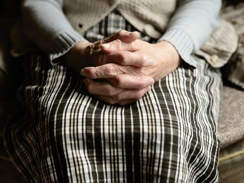 Un bărbat de 43 de ani a încercat să violeze o bătrână de 82 de ani! Cum a reușit femeia să scape de atac