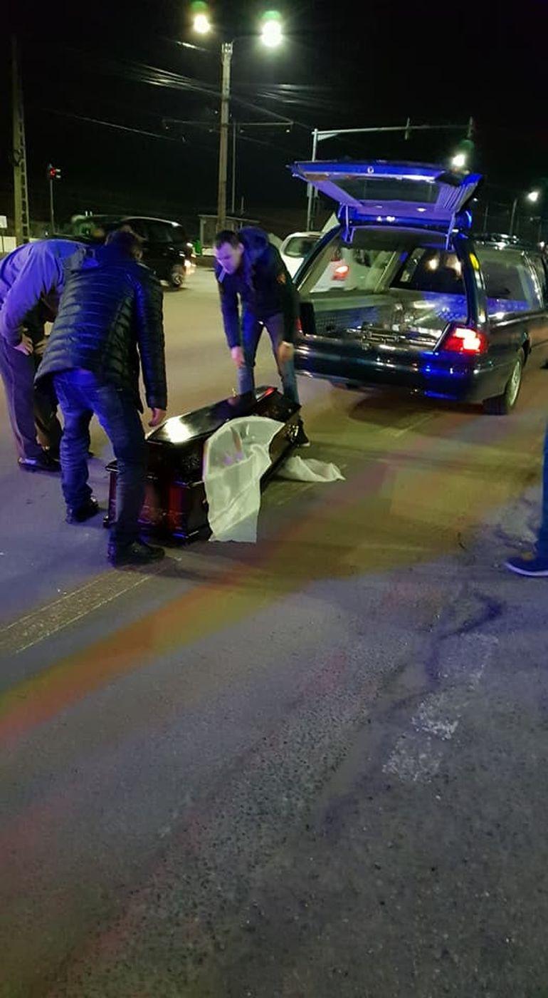 Arad: Un sicriu a zburat dintr-un dric și s-a rostogolit pe asfalt. Când șoferul a coborât, a avut un șoc