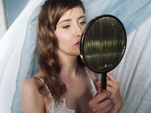 Imagini de infarct cu Iulia Albu! Celebrul fashion editor s-a pozat aproape goală!