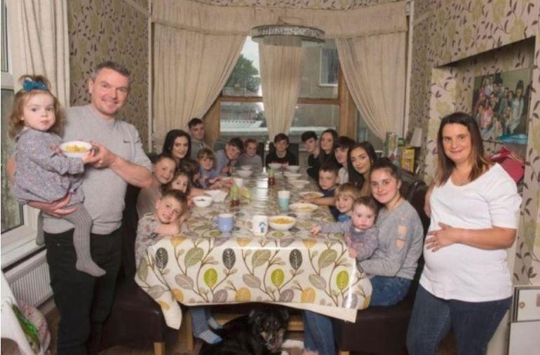 Cum arată familia cu 20 de copii! Părinții își cresc singuri copiii, fără pic de ajutor din partea statului! Imagini incredibile