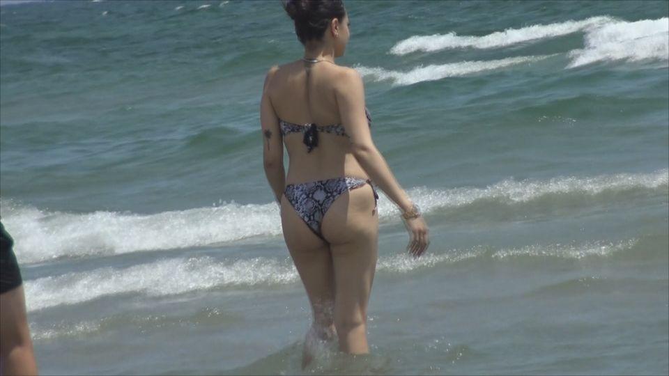 Karmen, gravidă în 8 luni, cu burtica la soare! Fiica lui Adi Minune are bodyguard la plajă? VIDEO EXCLUSIV