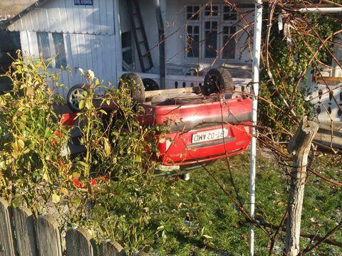 Accident spectaculos în România! O mașină s-a răsturnat în curtea unui sătean! Cine era la volan. A fost rănit!