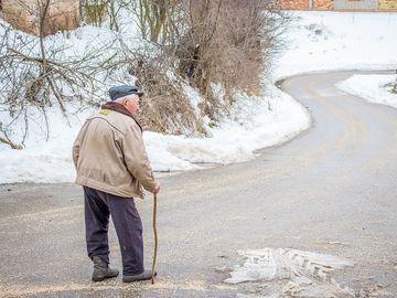 Pedofil de 84 de ani, prins în fapt! A luat o fată de opt ani și a dus-o la marginea satului
