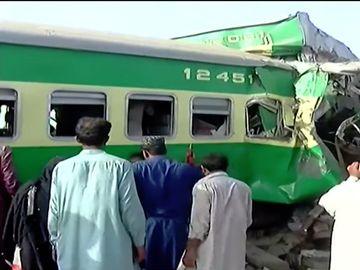 Cumplit! Două trenuri s-au ciocnit. 11 persoane au murit, alte 60 au fost rănite